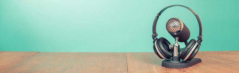 Luisteren naar radioprogramma's, nieuws, hoorspelen of documentaires via de app Podcasts op de Mac.